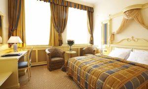 Короткие шторы в спальню: фото с вариантами оформления окна