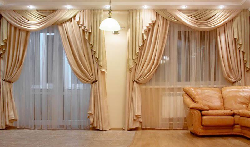 желтый диван с шторами