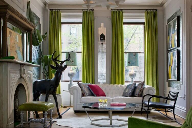 олень и зеленые шторы