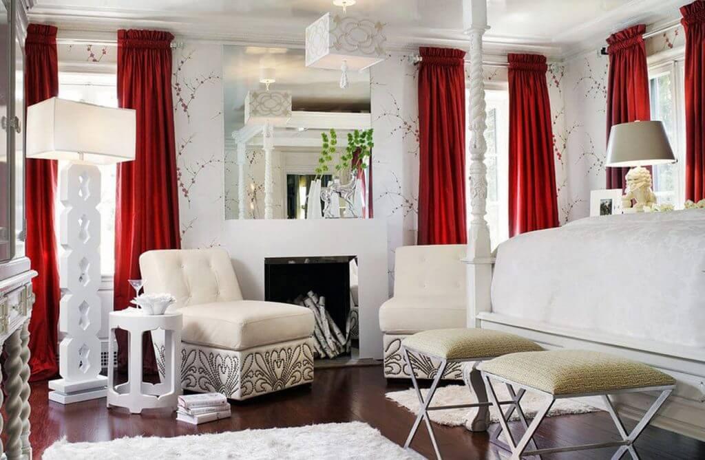 красные шторы и белое кресло
