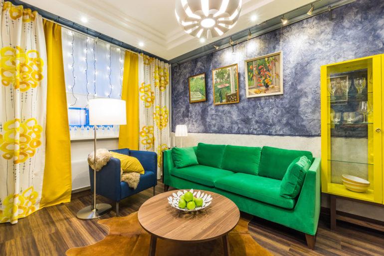 Зеленый диван и ваза