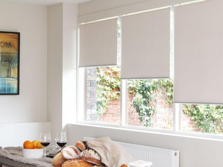 белые рулонные шторы на кухню