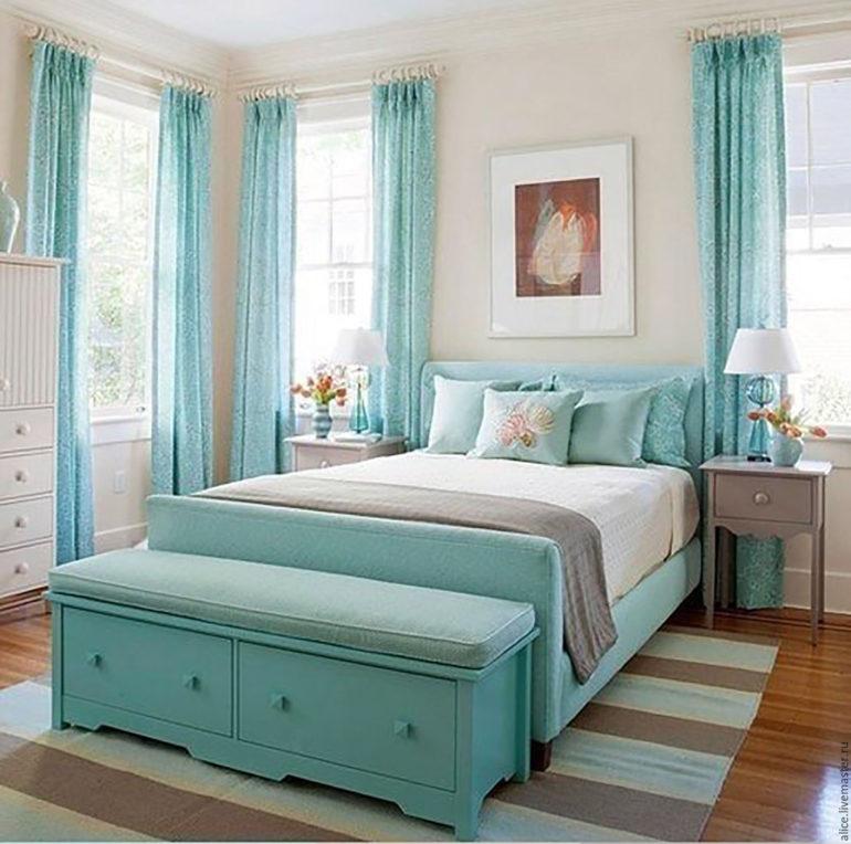 картина на голубой кроватью