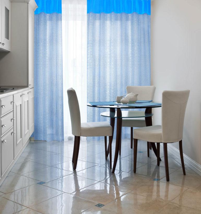 Три стула на фоне голубых штор