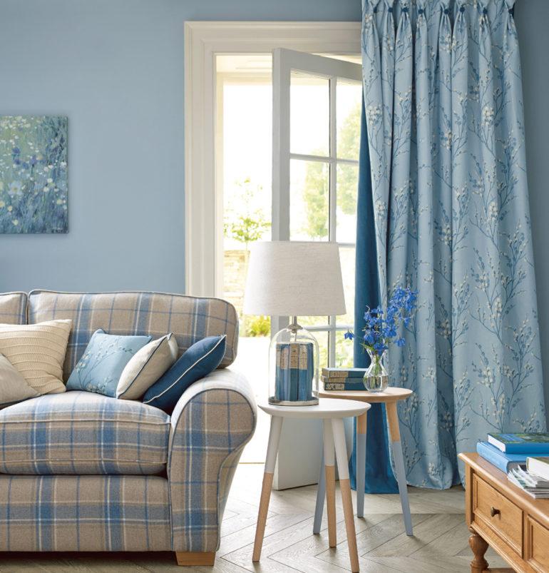 клетчатый диван с подушками