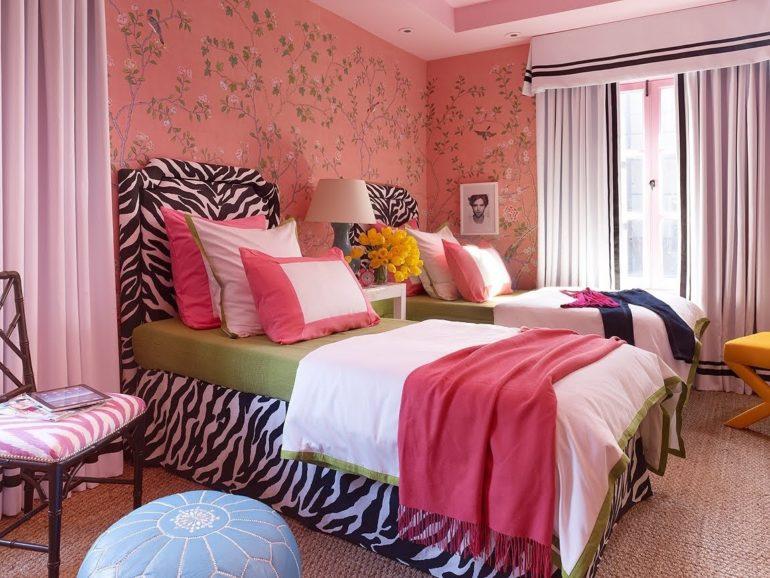три подушки на кровати зебра