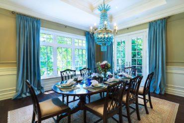 кухня с голубой люстрой