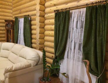 деревянный дом с зеленым