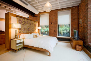светильник и белая кровать