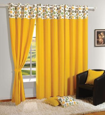желтая подушки и кресло