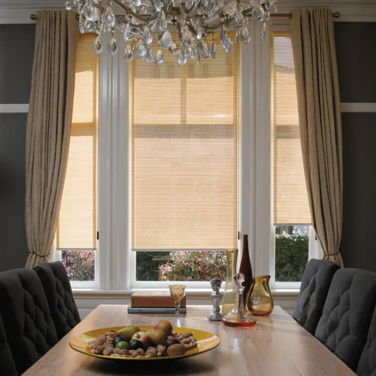 рулонные шторы на кухню в сочетании с обычными шторами