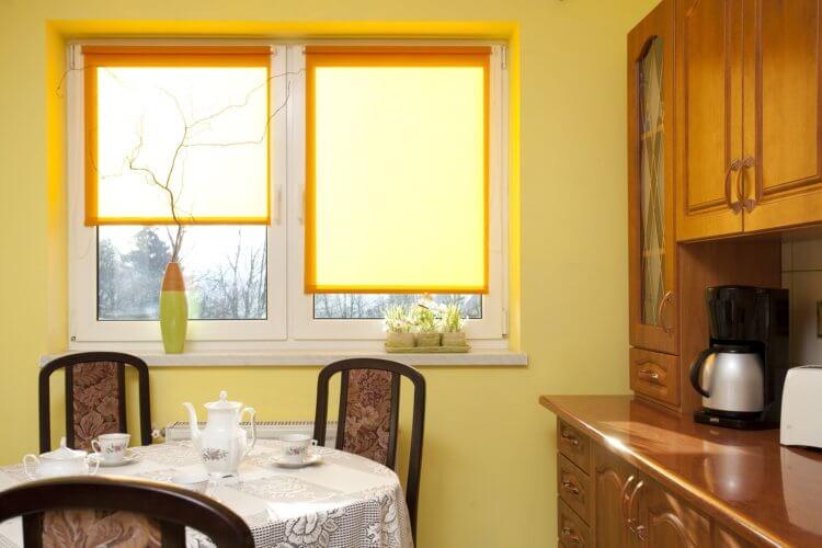 рулонные шторы на кухню10