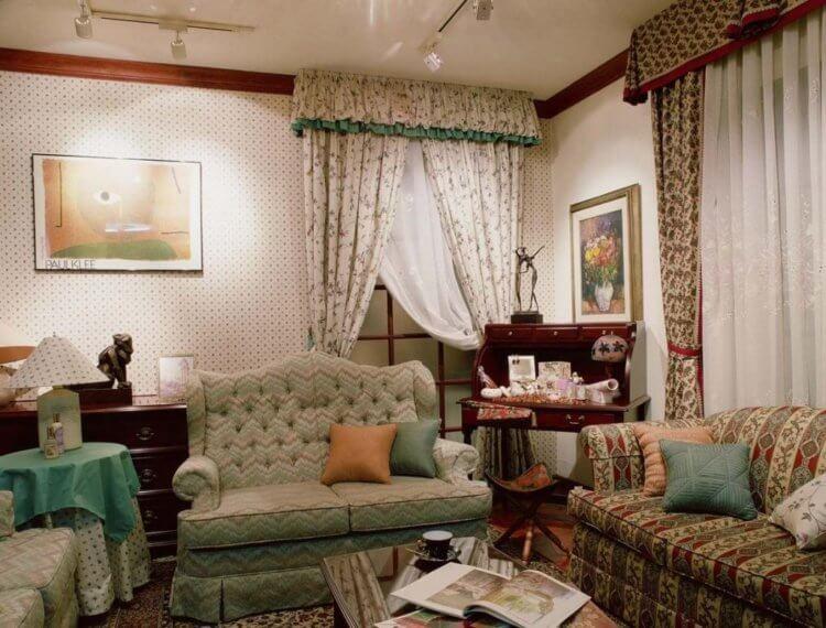диван и две подушки