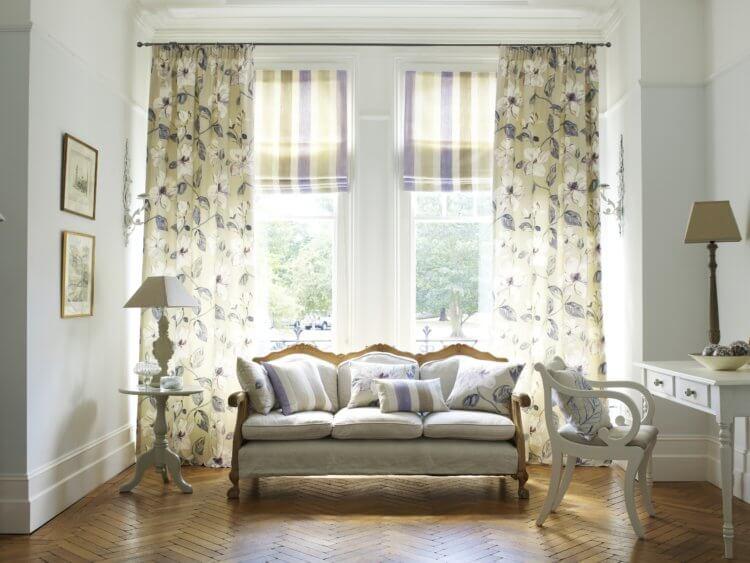 диван, стул и светильник