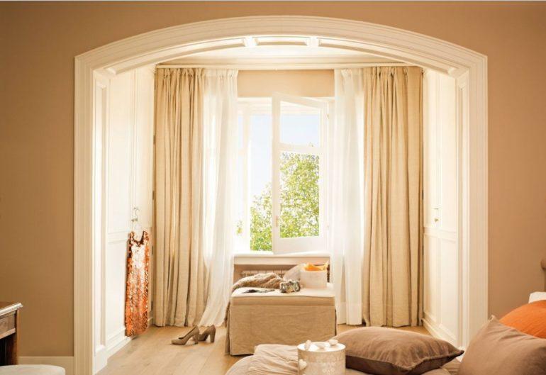 Бежевые комбинации в интерьере уместны при условии, что оттенки штор и стен будут отличаться по степени насыщенности
