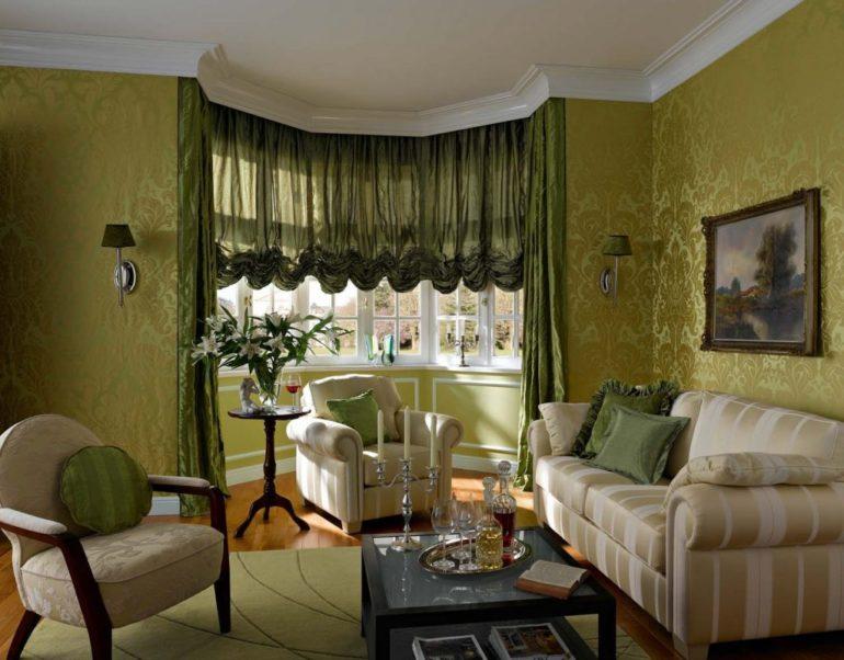 Для светло-зеленых стен лучше выбрать шторы более темного тона, а так же дополнительные сочетания с текстилем внесут гармонию в интерьер