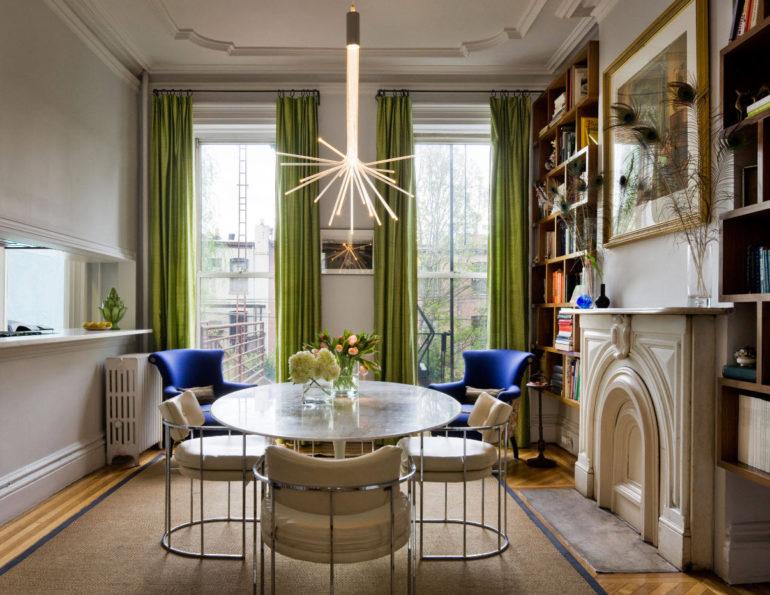 Для высоких потолков подойдут классические портьеры цвета зеленого яблока