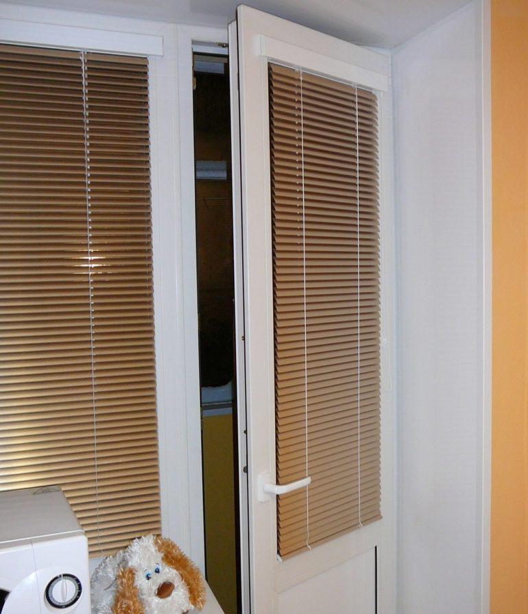 Горизонтальные жалюзи не мешают пользованию балконной дверью
