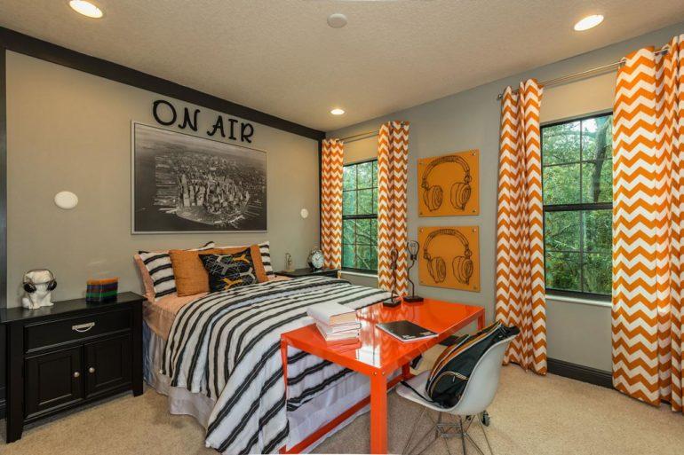 Оранжевый стол с книгами