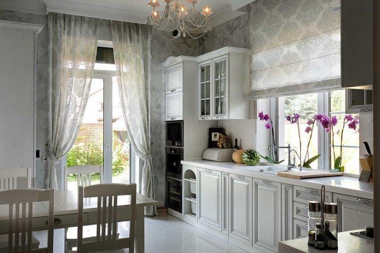 Классические шторы с подхватами гармонично вписываются в интерьер кухни и по цвету и по стилю
