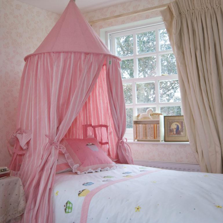 Круглое крепление для балдахина чаще используют при оформлении спальни подросшего ребенка