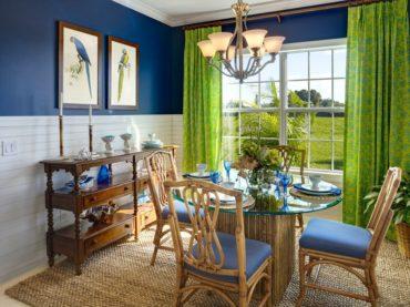 Легкие салатовые занавески облегчат темно-синие стены