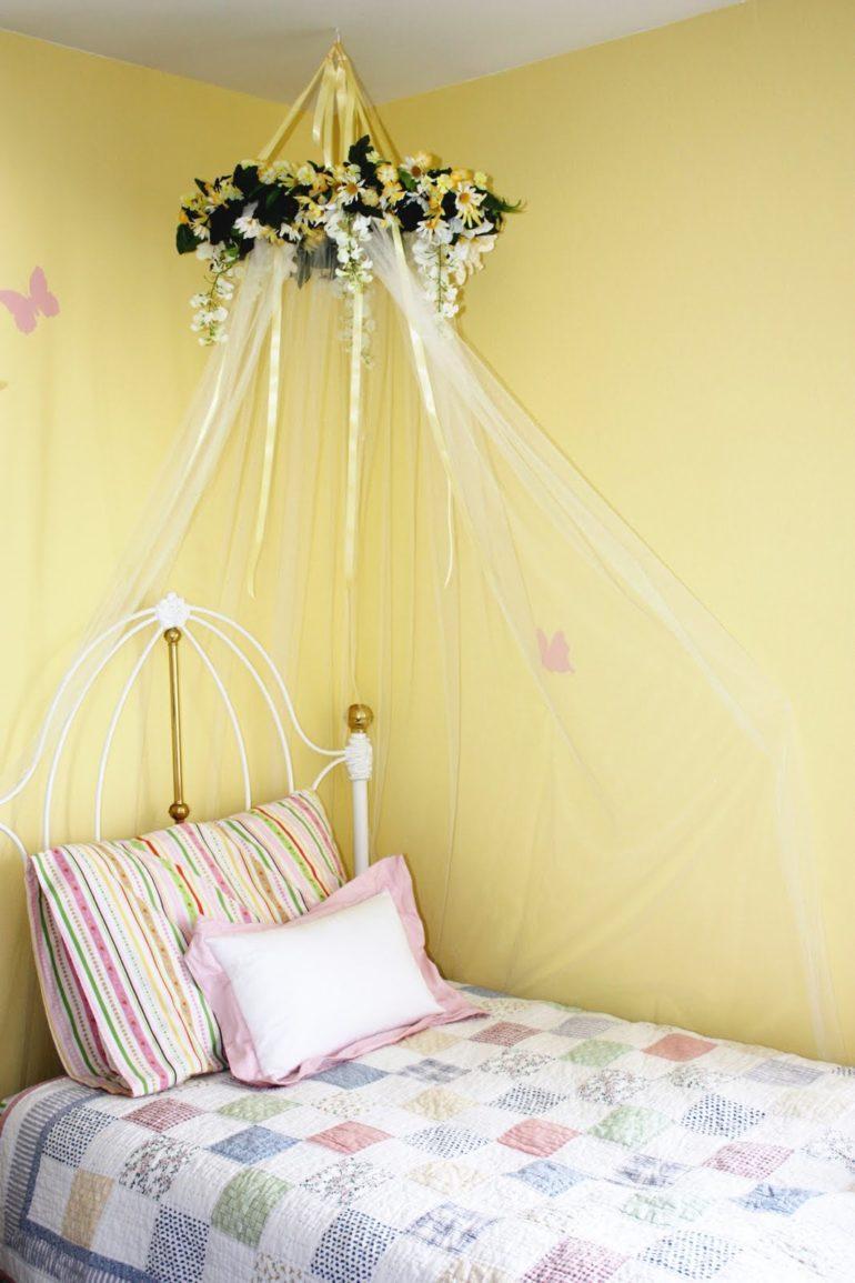 Ленточки послужат крепежом обруча с балдахином к потолку