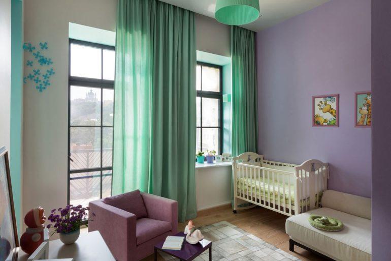 Ментоловые шторы привнесут в интерьер детской свежесть и легкость