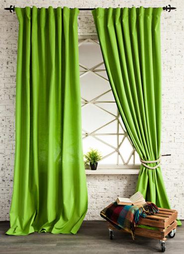 На фото шторы лаймового цвета