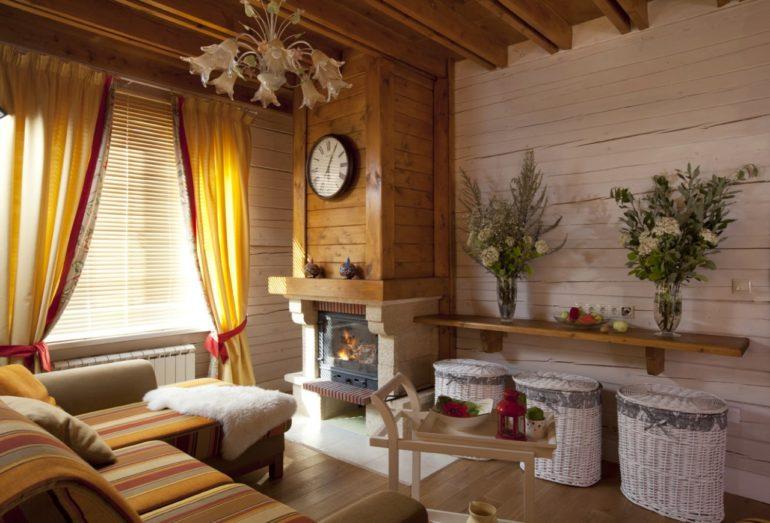 Основные черты стиля - обилие деревянной отделки и натуральные ткани