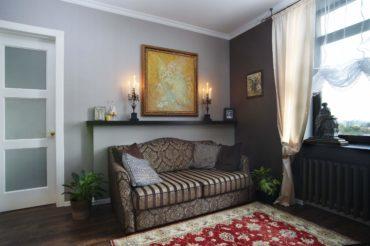 Освежающе смотрятся светлые шторы на фоне коричневых стен