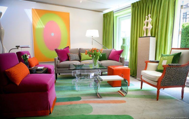 Оттенок спелого яблока для штор станет ярким акцентом при оформлении комнаты
