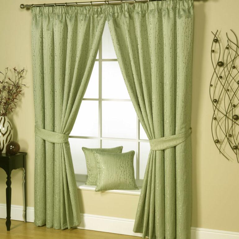 Плотные шторы цвета оливы смотрятся благородно и изысканно в интерьере гостиной