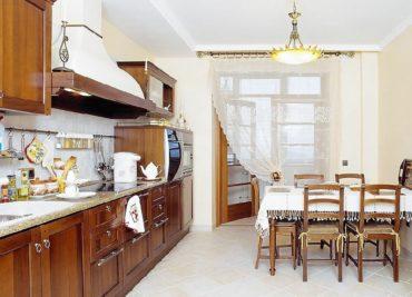 Подхват декаративным зажимом не только украсит штору, но и освободит подход к балконной двери