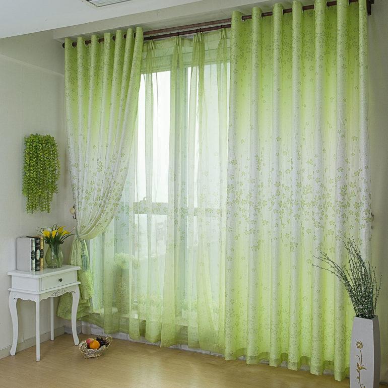 Прозрачные ткани хорошо пропускают свет и зрительно увеличивают помещение
