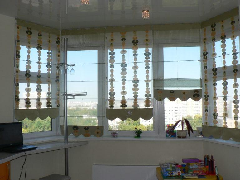 Римские шторы из разной ткани сделают композицию интересной и не такой однообразной