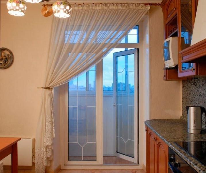 Шторы на кухню с балконной дверью: идеи дизайна на фото.