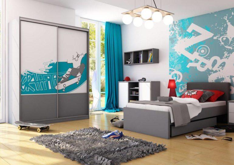 Бирюзовые шторы в комнате подростка