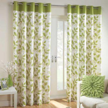 Шторы с растительным рисунком всегда в моде для гостиной в стиле прованс