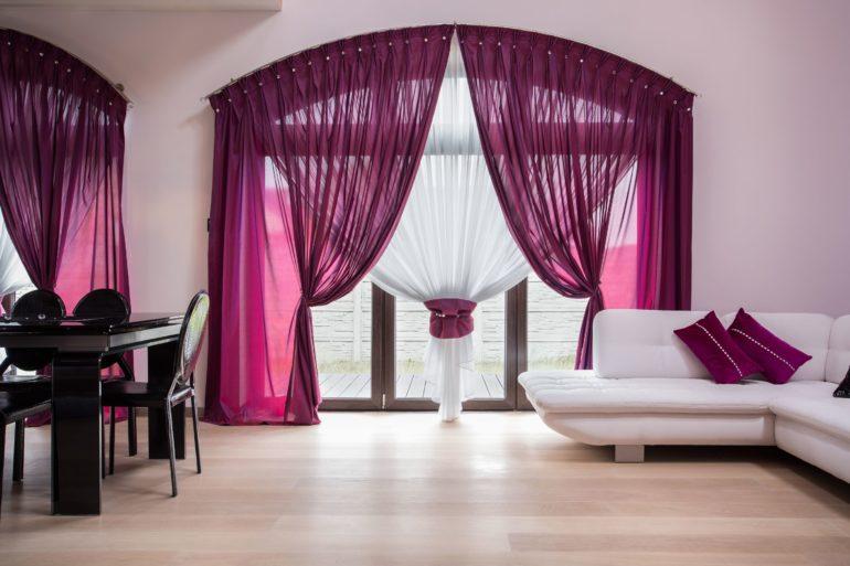 Сочный пурпурный выделяется ярким акцентом на фоне светлой комнаты