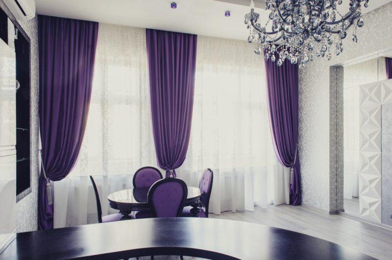 Строгость и элегантность темно-фиолетовых штор в интерьере серого цвета