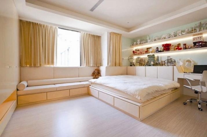 Светлые короткие шторы зрительно увеличивают пространство и освобождают место под окном для другой мебели