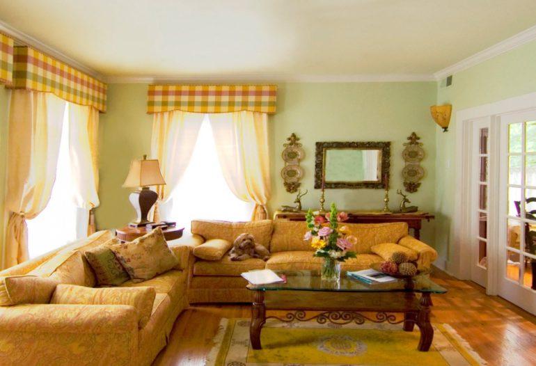 Теплые оттенки желтого и коричневого согреют гостиную выходящую на северную сторону