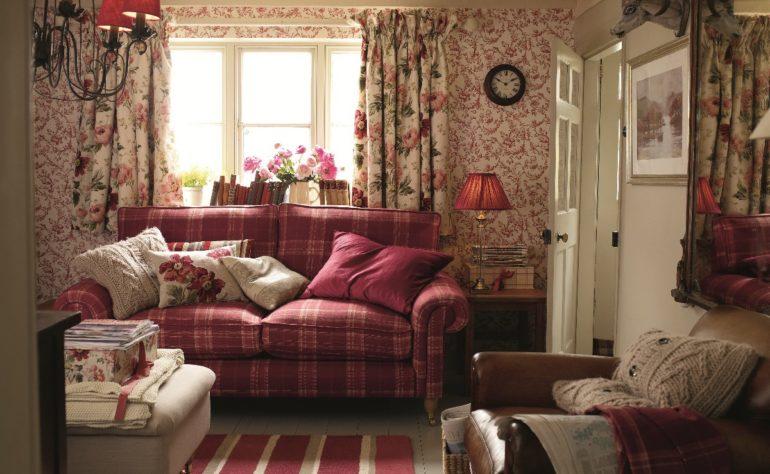 вязаные подушки на красном диване