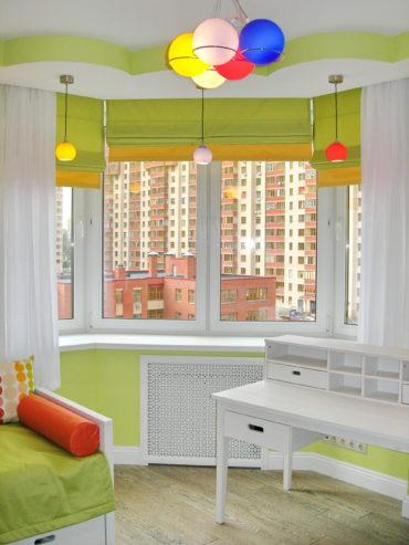 В детской спальне цветные люстры