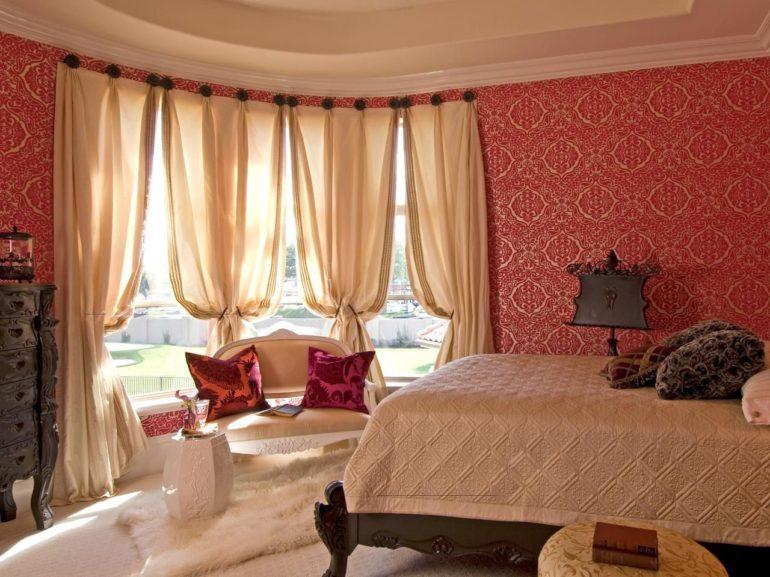 В комнате страсти, для успокоения и равновесия повесьте светлые шторы. Так красные стены не будут раздражать через короткое время их появления