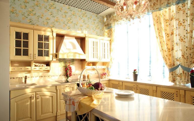 белый стол с тарелками