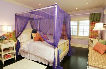 каркасная кровать с фиолетовым
