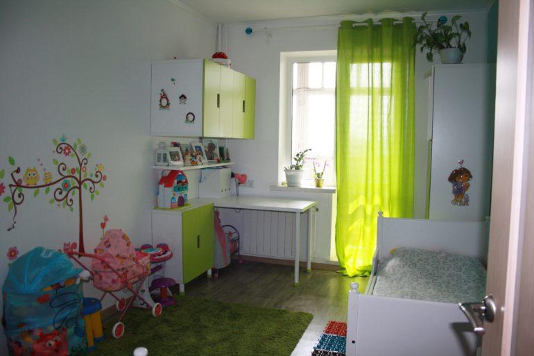 Шторы на окно с балконной дверью: варианты в кухню, гостиную.