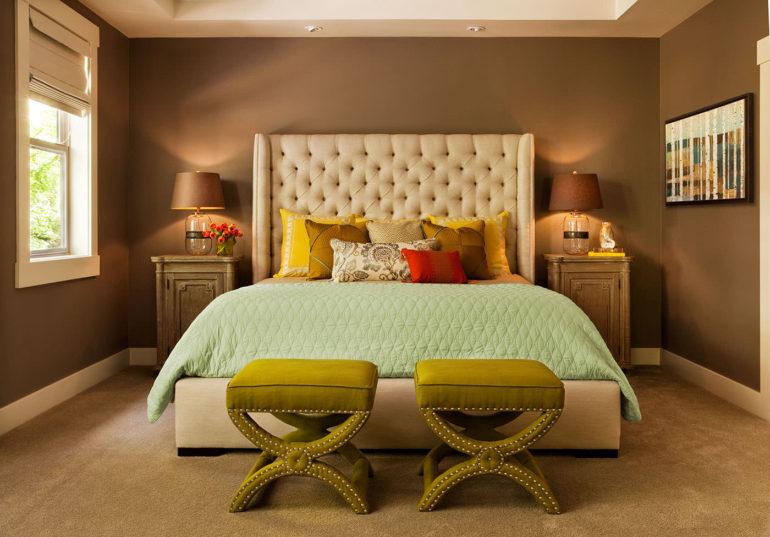 Бежевые римские шторы в интерьере спальни с коричневыми стенами